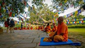 Monges de Lumbini, Nepal imagem de stock