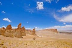 Monges de pedra de Pacana da formação, Monjes De La Pacana, a pedra indiana, perto de Salar De Tara, reserva nacional dos flamenc imagens de stock royalty free