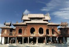 monges do principiante no monastério de Shwe Yan Pyay, lago do inle, myanmar foto de stock royalty free