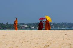 Monges e telefones celulares de Unawatuna Fotografia de Stock