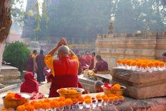 Monges na cerimônia no templo de Mahabodhi Foto de Stock