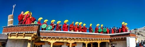 Monges na fileira no telhado em Ladakh Foto de Stock