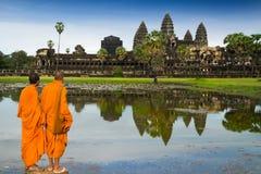 Monges no buddhism em Angkor Wat imagem de stock