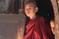 Monges no monastério de Shwe Yan Pyay foto de stock