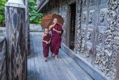Monges no monastério de Shwenandaw em Mandalay, Myanmar Imagem de Stock