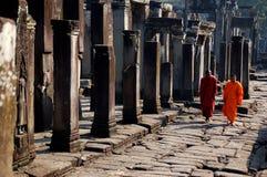 Monges que andam em Camboja Imagens de Stock Royalty Free