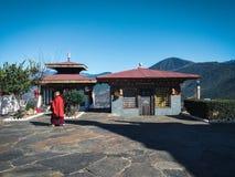 Monges que andam em uma universidade budista imagens de stock