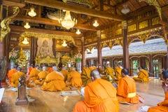 Monges que nivelam o canto no templo de Wat Rampoeng Fotos de Stock