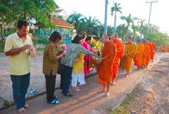 Monges que recebem o oferecimento do arroz Foto de Stock