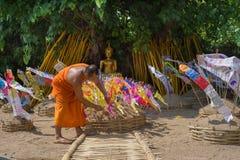 Monges tailandesas no templo de Phantao no festival de Songkran Fotos de Stock