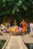 Monges tailandesas no templo de Phantao no festival de Songkran Imagens de Stock Royalty Free