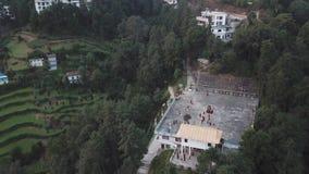 Monges tibetanas que dançam no monastério, Kathmandu Valley, Nepal - 17 de outubro de 2017 video estoque