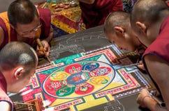Monges tibetanas que fazem uma mandala Fotos de Stock Royalty Free