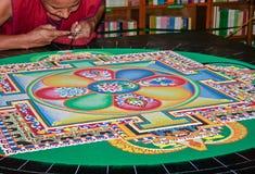 Monges tibetanas que fazem uma mandala Imagens de Stock Royalty Free