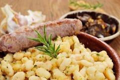 Mongetes d'amb de Botifarra, haricots blancs frits et saucisse typiques de Photos libres de droits