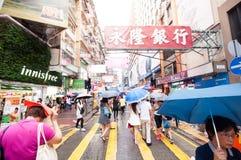 Mongkok街道的许多人民在雨天 免版税图库摄影