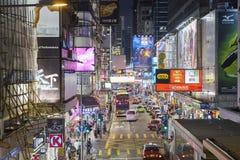 Mongkok é caracterizado por uma mistura de construções velhas e novas da multi-história imagens de stock