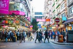 Mongkok, Гонконг - 11-ое января 2018: Люди толпы ходя по магазинам и Стоковые Фотографии RF