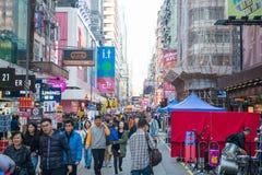 Mongkok, Гонконг - 11-ое января 2018: Люди толпы ходя по магазинам и Стоковые Фото