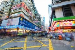 Mongkok, Гонконг - 11-ое января 2018: Люди толпы ходя по магазинам и Стоковые Изображения