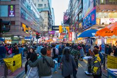Mongkok, Гонконг - 11-ое января 2018: Люди толпы ходя по магазинам и Стоковое Фото