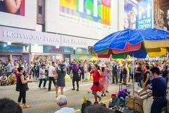Mongkok, Hong Kong - 22 de septiembre de 2016: El cantante está cantando en w Fotografía de archivo libre de regalías