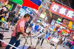 Mongkok, Hong Kong - 22 de septiembre de 2016: El cantante está cantando en w Fotos de archivo