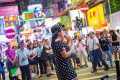 Mongkok, Hong Kong - 22 de septiembre de 2016: El cantante está cantando en w Imagen de archivo libre de regalías
