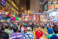 Mongkok, Hong Kong - 22 de septiembre de 2016: El cantante está cantando en w Foto de archivo