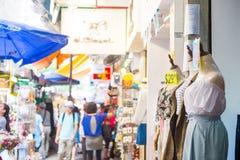 Mongkok, Hong Kong - 24 de septiembre de 2016: Tienda en el día s que camina Imagen de archivo