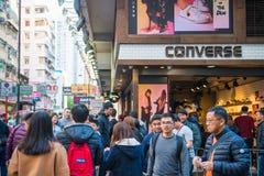Mongkok Hong Kong - Januari 11, 2018: Folkmassafolk som shoppar och Arkivfoto