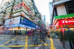 Mongkok Hong Kong - Januari 11, 2018: Folkmassafolk som shoppar och Royaltyfri Foto