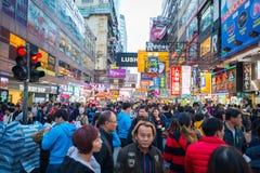 Mongkok Hong Kong - Januari 11, 2018: Folkmassafolk som shoppar och Arkivbilder
