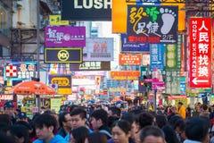 Mongkok Hong Kong - Januari 11, 2018: Folkmassafolk som shoppar och Royaltyfria Bilder