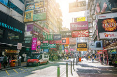 Mongkok in Hong Kong Mongkok wird durch eine Mischung von alten und neuen mehrstöckigen Gebäuden gekennzeichnet lizenzfreie stockfotos