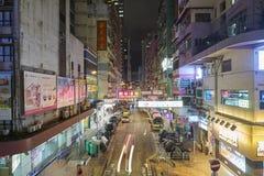Mongkok karakteriseras av en blandning av gamla och nya mång--berättelsen byggnader Fotografering för Bildbyråer