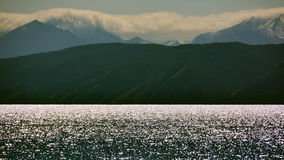 Mongolei der Abend auf dem Ufer des silbernen Horizontes See Hovsgol-Scheine, Sayan-Berge der erste Schnee im Sommer Stockbilder