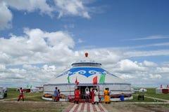 Mongolei-Paket unter blauem Himmel und weißen Wolken Stockfotos