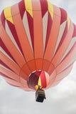 Mongolfiera arancio nel cielo Fotografia Stock Libera da Diritti