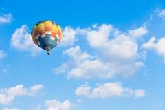 Mongolfiera con il fondo del cielo blu Immagine Stock