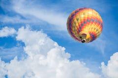 Mongolfiera con il fondo del cielo blu Fotografia Stock