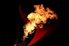 Mongolfiera gonfiata da fuoco dal bruciatore Immagini Stock Libere da Diritti