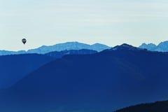 Mongolfiera sopra paesaggio alpino Fotografia Stock