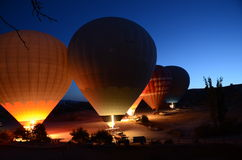 Mongolfiere che preparano per il decollo a Cappadocia Turchia Immagini Stock