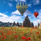 Mongolfiere che sorvolano Cappadocia, Turchia Fotografia Stock