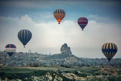 Mongolfiere che sorvolano la valle a Cappadocia Fotografie Stock