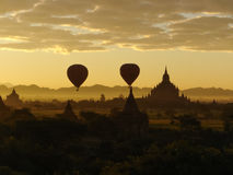 Mongolfiere che volano con la scena di alba sopra il complesso del tempio di Bagan Fotografia Stock