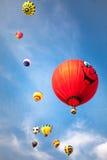 Mongolfiere con il fondo delle nuvole e del cielo blu Fotografia Stock