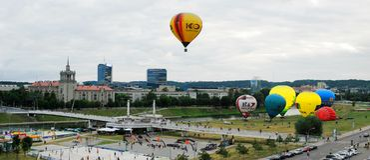 Mongolfiere nel centro urbano di Vilnius Fotografie Stock Libere da Diritti