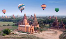 Mongolfiere variopinte che sorvolano Bagan, Myanmar Immagine Stock Libera da Diritti